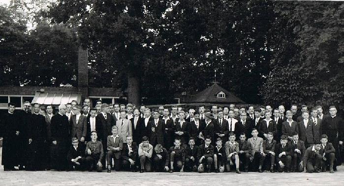 Studiejaar 1960-1961 Het jaar dat het grootste aantal studenten op Beresteyn telde, n.l. 76. Er waren dat jaar 12 paters en 9 broeders, die helaas niet allemaal op de foto staan.