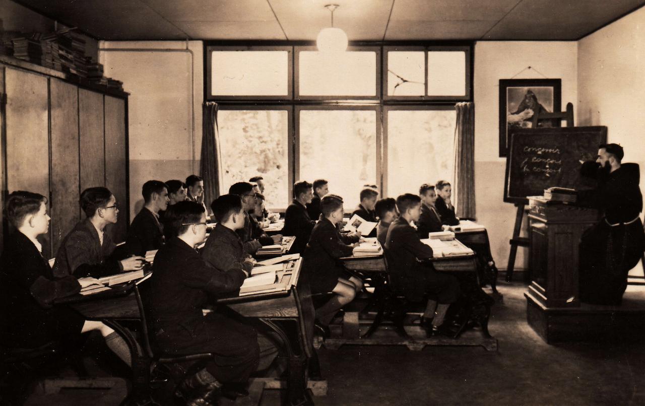 Een klaslokaal in de laagbouw van de Kleine Cour. De drie hoogste klassen, de Grote Cour, woonden in de hoogbouw.