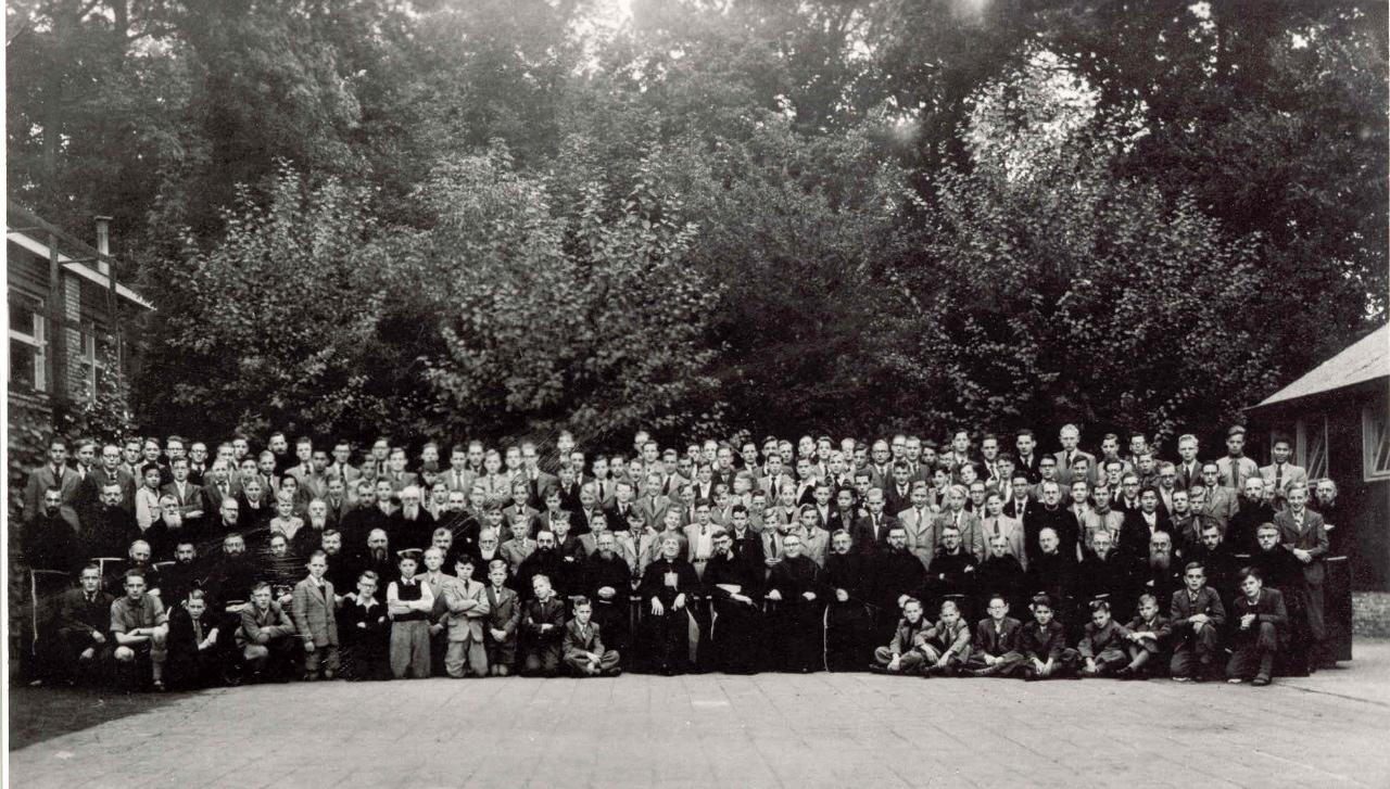 Hoog bezoek uit Rome van kardinaal Micara. Een dag vrij en met zijn allen op de foto op het binnenplein.