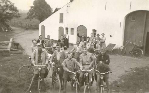 """We logeerden in het """"stro"""" bij een boerderij op de Postweg in Berg en Dal, recht tegenover het toen nog kleine Afrikamuseum. Op de achtergrond staan pater Bernard en br. Jozef"""
