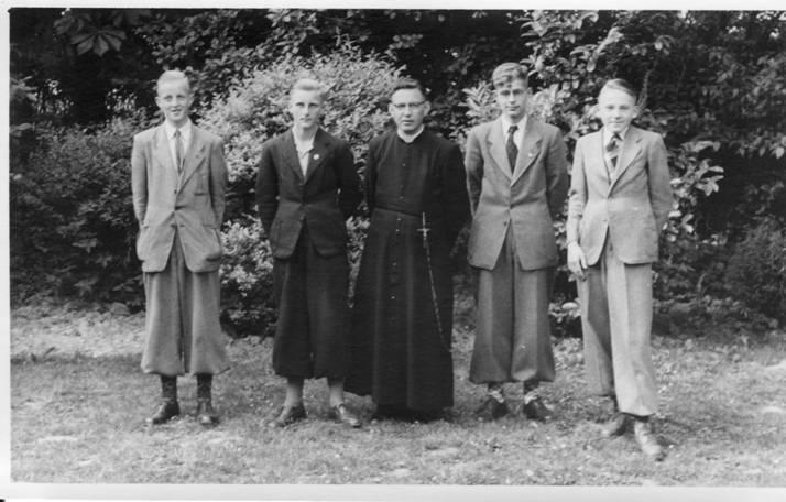 3e klas 1952-53 Vlnr: Piet Verlaan, Piet Juurlink, Pater Hoeberichts, Jan Ranke, Leo Verbakel