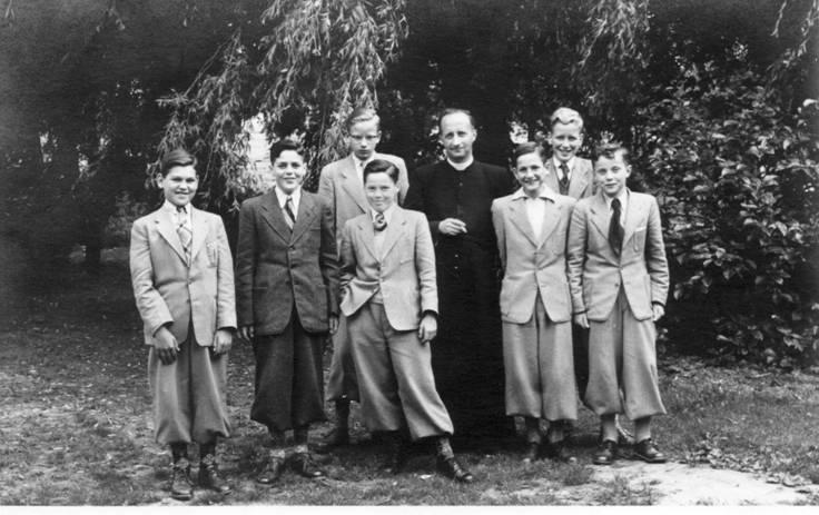 1e klas 1953-'54 Vlnr Cors van de Poel, Jac de Graaf, Jan van Assema (achter), Louis van Herrewegen, pater Bernard, Leendert Thijssen, Dick Jansen (achter), Peter Hoogland