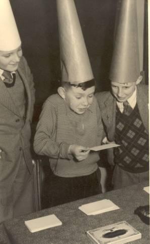 Ganzenbordspel op nieuwelingendag 13 februari 1955 vlnr Stan Verdult, Ton Duivenvoorde en Harry Oranje