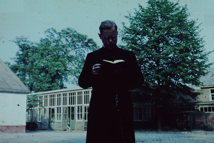 Daar we deze fraaie foto (dia) van een brevierende pater Van Oosten op Beresteyn bij zijn necrologie hadden willen opnemen, hetgeen niet gaat daar het een PDF-bestand betreft, plaatsen we hem hier.