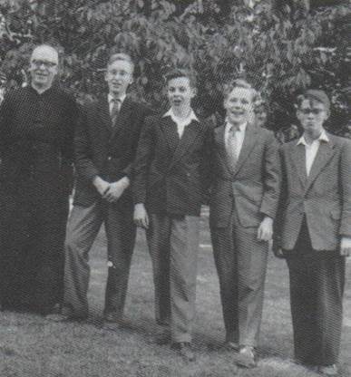 Halve 3e klas '58-'59 Beresteyn vlnr Pater Polder, Gijs van den Berg, Ton van Duivenvoorde, Theo Valkering en Ben Faas
