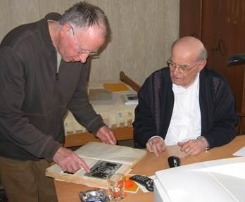 Vrijdag 30 maart 2007 Stan Verdult en Gijs van den Berg (foto li) brachten deze dag een bezoek aan Provinciaal Econoom en Archivaris van de Montfortanen, pater Hub Kleijkers (re) in het Missieprocuraat te Voerendaal