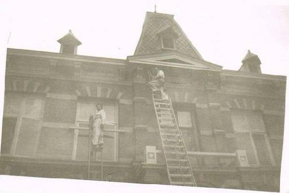 Het schilderen van de voorgevel van het hoofdgebouw.