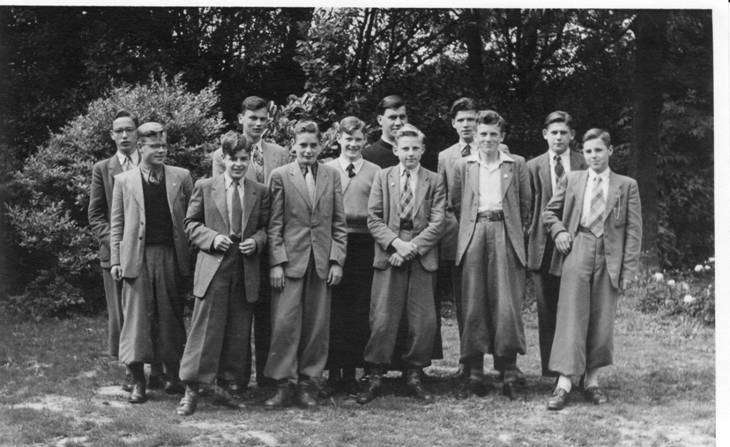 2e klas 1953-'54 Vlnr: Gerard Schneider, Nico Schneiders, Hans Kaufmann, Koos Schrama (achter), Ton de Groot, Ad Verburg, pater Stam (achter), Jan Beers, Leo Hartman (achter), Kees Lieftink, Jan Linderhof (achter), Dré Huitema