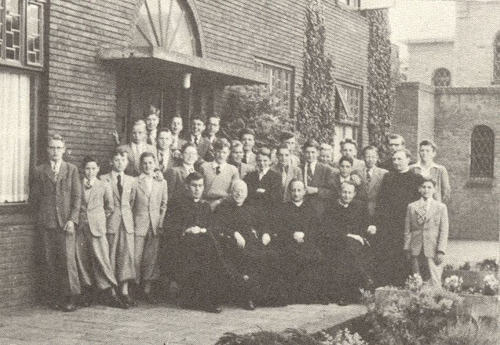 Groepsfoto van zomer 1954 voor de Haagsche Schouw [uit herdenkingsnummer van De Harpoen van juni 1965]