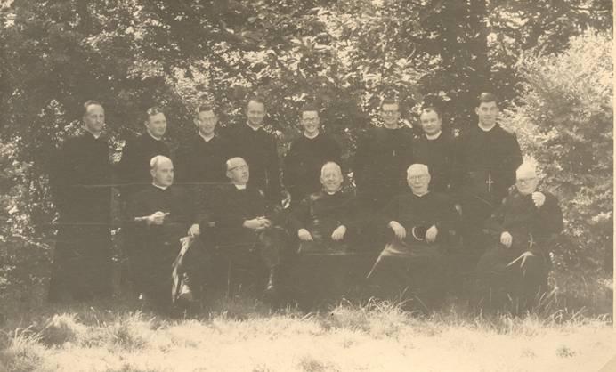 De gehele communauteit van paters en broeders van het Missiecommissariaat en het docentencorps van het klein-seminarie aan de Haagsche Schouw – zomer 1955 (of 1954)