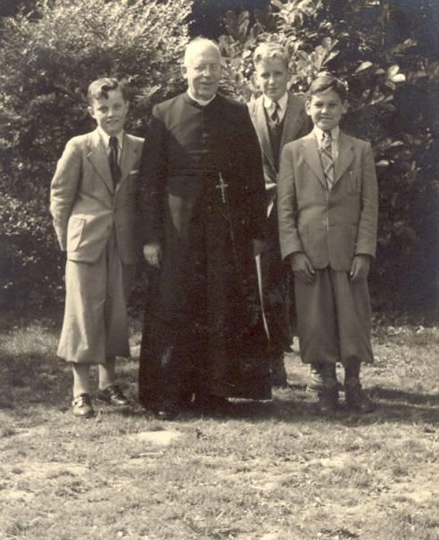 Pater Polder met de voorbereidende klas, zomertrimester 1954. Li Peter Hoogland.