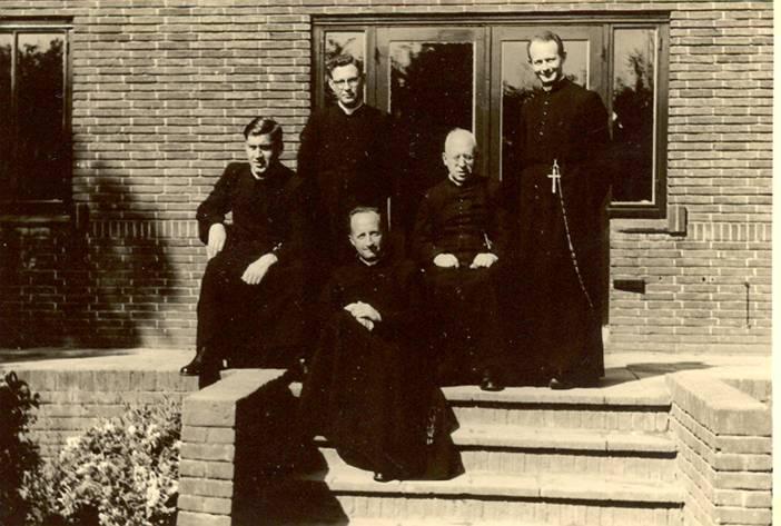 Het docentencorps eind juni/begin juli 1955 Vlnr: pater Stams, pater Hoeberichts, pater Bernard, pater Polder, pater Lemmens