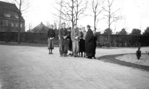 Rozenhoedje bidden in het park van de Willibrordus stichting