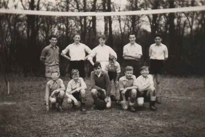 Bij deze foto van zondag 25 maart 1956 uit het album Beresteyn van Peter Hoogland (Sjef Moonen 2e van rechts op de achterste rij)