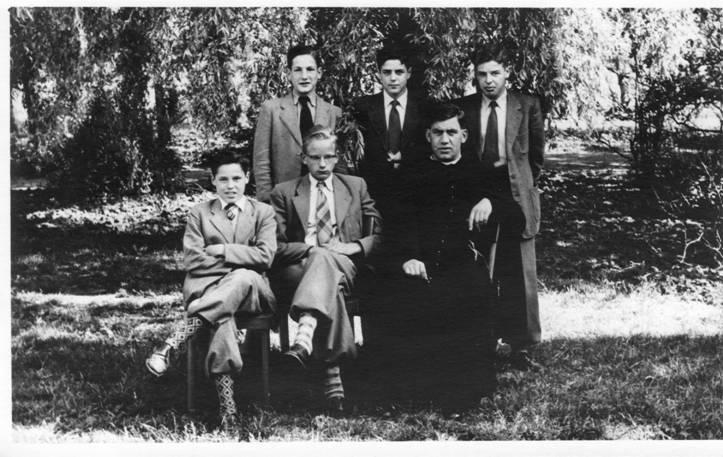 2e klas eind juni/begin juli 1955 vlnr: achterste rij: Leendert Thijssen, Jac de Graaf, Hans Kaufmann; voorste rij: Louis van Herrewegen, Jan van Assema en Pater Stams.