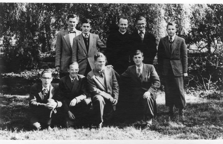 3e klas eind juni/begin juli 1955 Achterste rij vlnr: Koos Schrama, Jan Linderhof, Pater Lemmens, Frank Timme en Jan Beers. Knielend vlnr: Gerard Schneider, Theo Borst, Nico Schneiders, André Huitema.