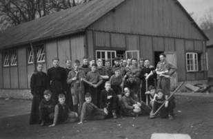 Opruimen slaapzaal maart 1957