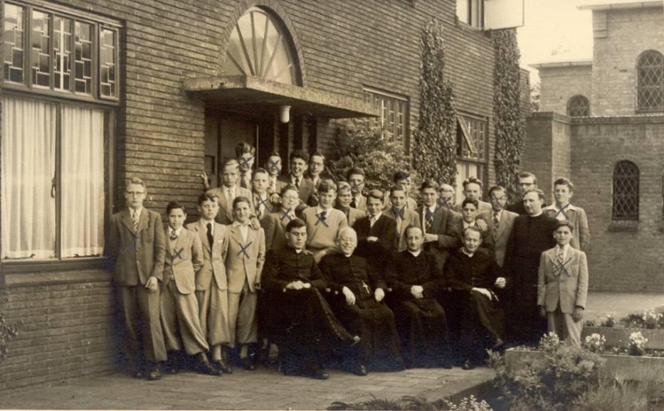 Groepsfoto 1954 [betekenis van de kruisjes is niet duidelijk; vertrokken studenten?]