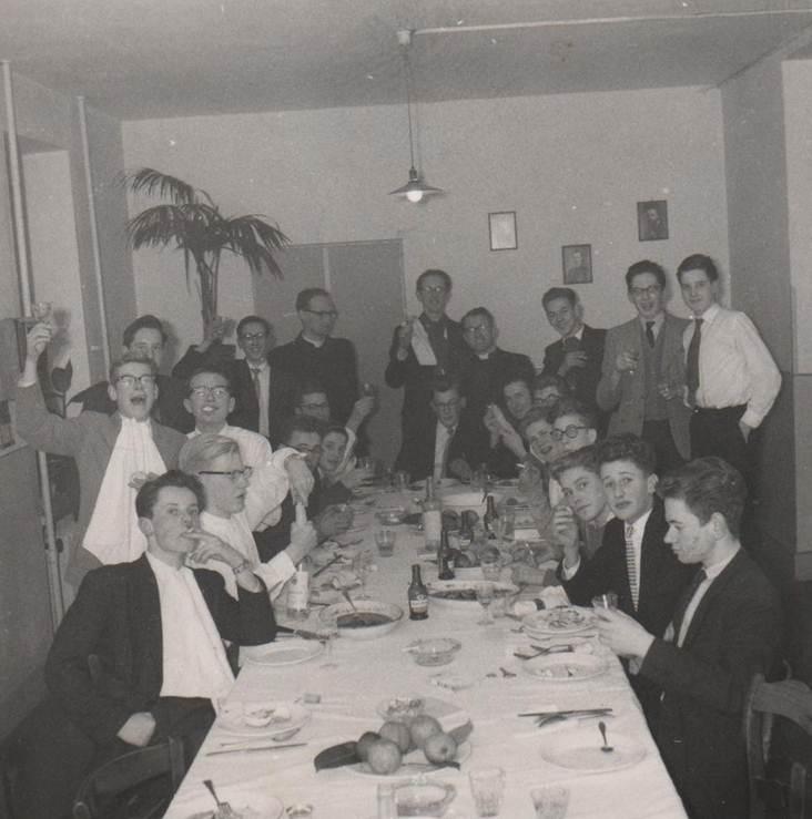 Goed eten na hard werken op 8 december 1958 in Schimmert