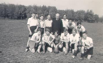Donderdag 27 mei 1954 Pater Overste met 'zijn' elftal, dat 3 – 3 speelde tegen de Franciscanen te Katwijk