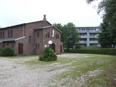 De situatie op 3 augustus 2010 – flatgebouw en een volledig dichtgegroeide voortuin die het huis geheel aan het zicht onttrekt.