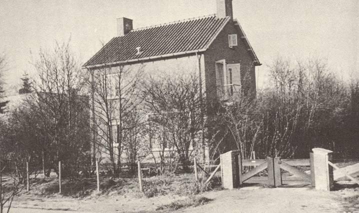 Foto van het huis in Heiloo uit 1950/1951 [uit herdenkingsnummer van De Harpoen van juni 1965]