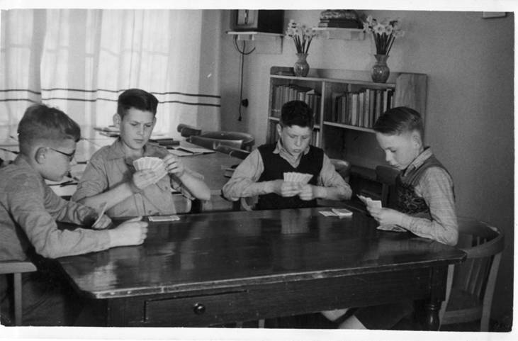 April 1951. De kamer in het woonhuis was studie- recreatie- en eetruimte Vlnr: Jan Ranke, Jan Linderhof, Kees Liefting en Leo Verbakel