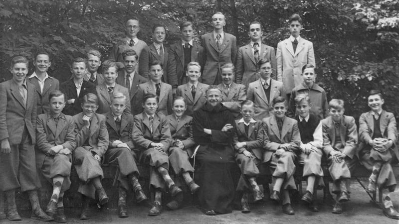 Studenten kapucijner seminarie in Beresteyn studiejaar 1951/1952 met pater Aurelianus
