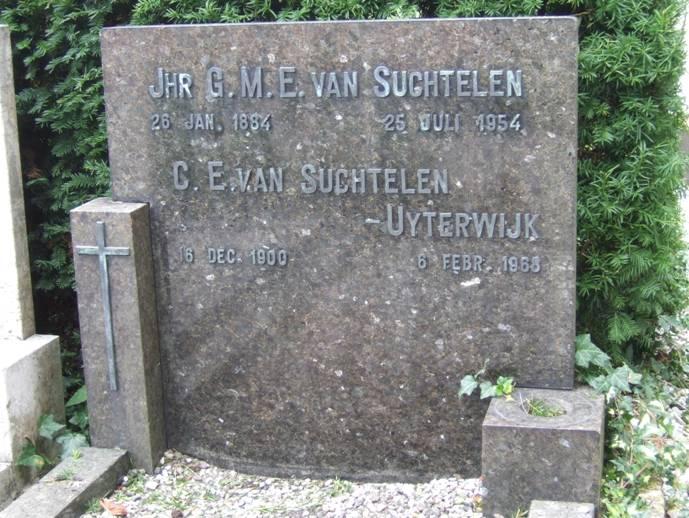 * Jhr Van Suchtelen overleed later dat jaar. Ziehier de grafsteen van hem en zijn vrouw op 3 augustus 2010 op het kerkhof achter de Sint Laurentiuskerk aan de Leidseweg te Voorschoten - gefotografeerd door Gijs van den Berg
