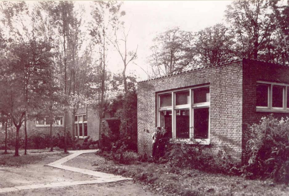 De Kleine cour, laagbouw, laagste drie klassen met recreatiezaal en leslokalen.