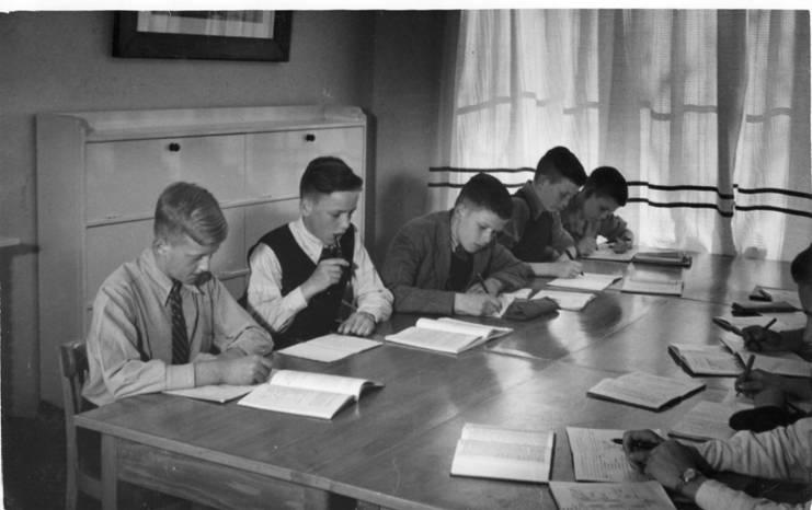 De overzijde in zelfde volgorde, vlnr: Piet Verlaan, Gerard Schneider, Leo Hartman, Theo Borst, Jan Linderhof