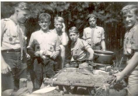 Op kamp met de verkenners. 3e van links Emanuel van Amelsvoort [Foto: Emanuel van Amelsvoort]