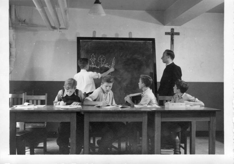 Voorbereidende klas met pater Bernard. vlnr: Kees Liefting, Leo Hartman, Gerard Schneider, Nico van Etten. Aan het bord: Theo Borst