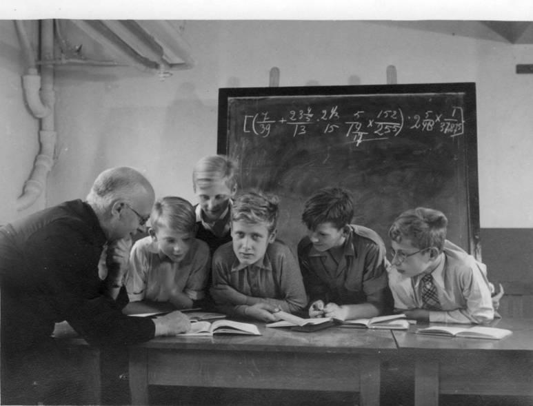 1e klas pet pater Polder. vlnr: Leo Verbakel, Piet Juurlink, Peter de Werth, Jan Lindenhof, Jan Ranke Onzichtbaar (verborgen achter pater Polder): Piet Verlaan