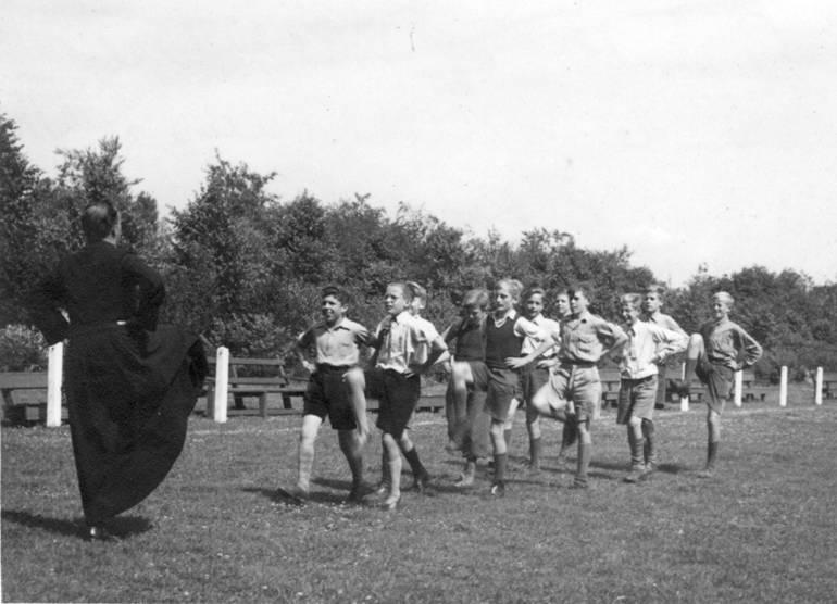Gymles o.l.v. pater Bernard op het voetbalveld van de Willibrordusstichting