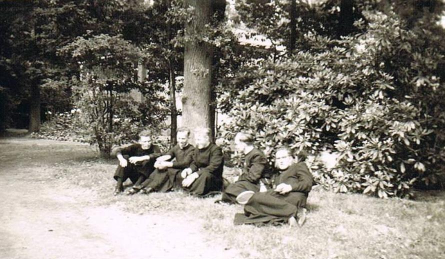 Nog een foto in het Park. V.l.n.r. br. Grignion, br. Theodoor, br. Bonifacius, br. Pius, br. Amandus.