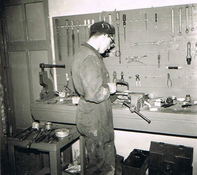 Br. Amandus in zijn werkplaats