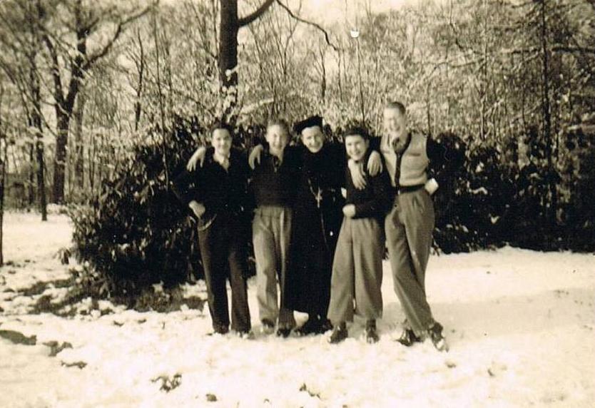 In het park v.l.n.r. Sjef Bour, Wim van Eeten, br. Aloysius, Math Heijdendael en Ad Sommers
