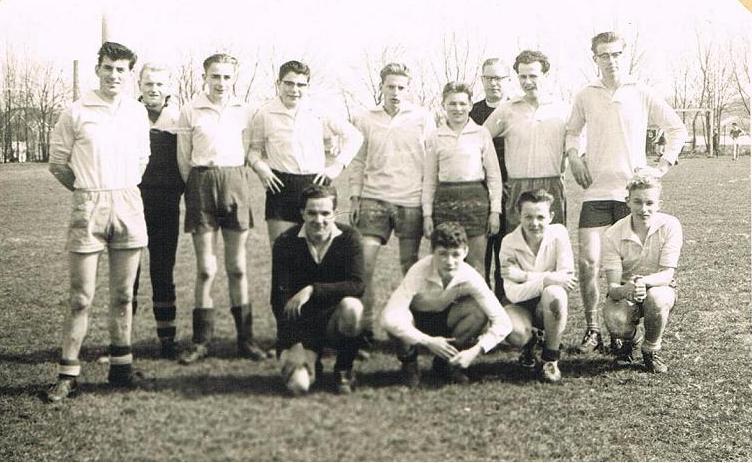 De broeders speelden regelmatig mee met de studenten in het elftal. Deze foto is gemaakt op 2 mei 1961 bij een wedstrijd tegen de franciscanen in Katwijk die de montfortanen verloren met 4-3. V.l.n.r. Br Sarto, Bert Bernard, Dick Oudshoorn, Guus Schelfaut, Br. Mathias ( Nico van Bommel), Joop Koenis, pater van Oosten, br. Benedictus, Jan Leliman. Vooraan br. Amandus, Bert Huibrechtse, Kees Brugman, Kees Kroon.