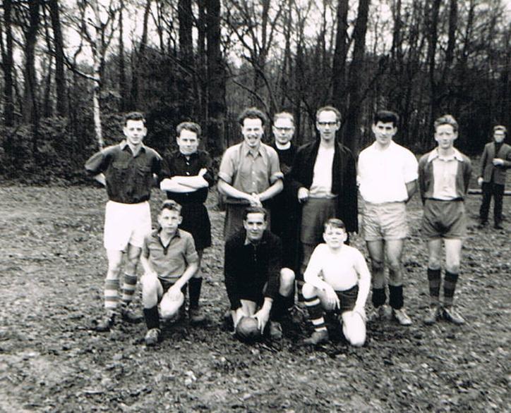V.l.n.r. Piet Suykerbuyk, pater Dassen, br. Benedictus, pater van Oosten, pater Lortye, br. Sarto. Kees Veeken. Vooraan Wim Weenink, br. Amandus en Joop Koenis.