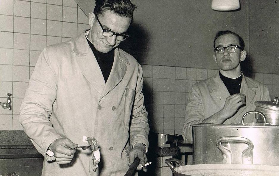 In de keuken. Br. Amandus helpt br. Pius, de kok.