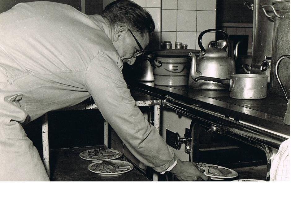 Br. Amandus in de keuken.