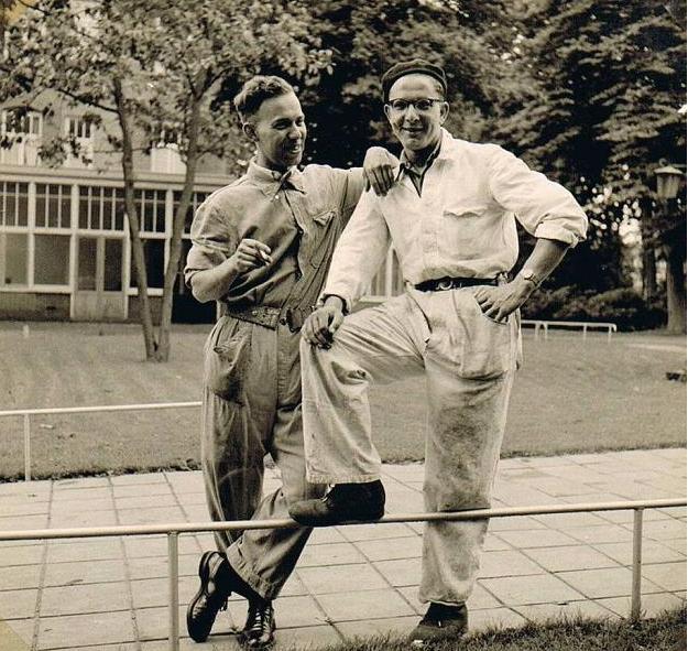 Br. Theodoor en br. Amandus. Op de achtergrond de eetzaal.