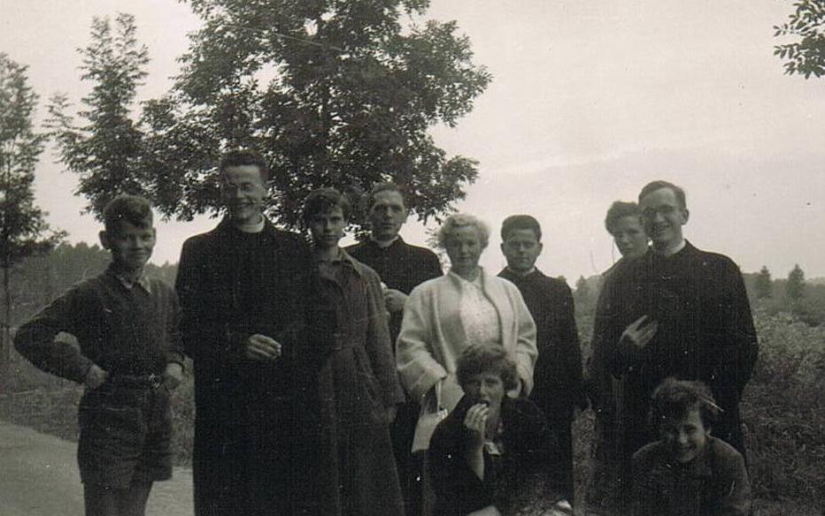 Op bezoek bij de Familie van br. Benedictus in Terborgh. Links br. Benedictus, midden br. Bernardinus en helemaal rechts br. Pius