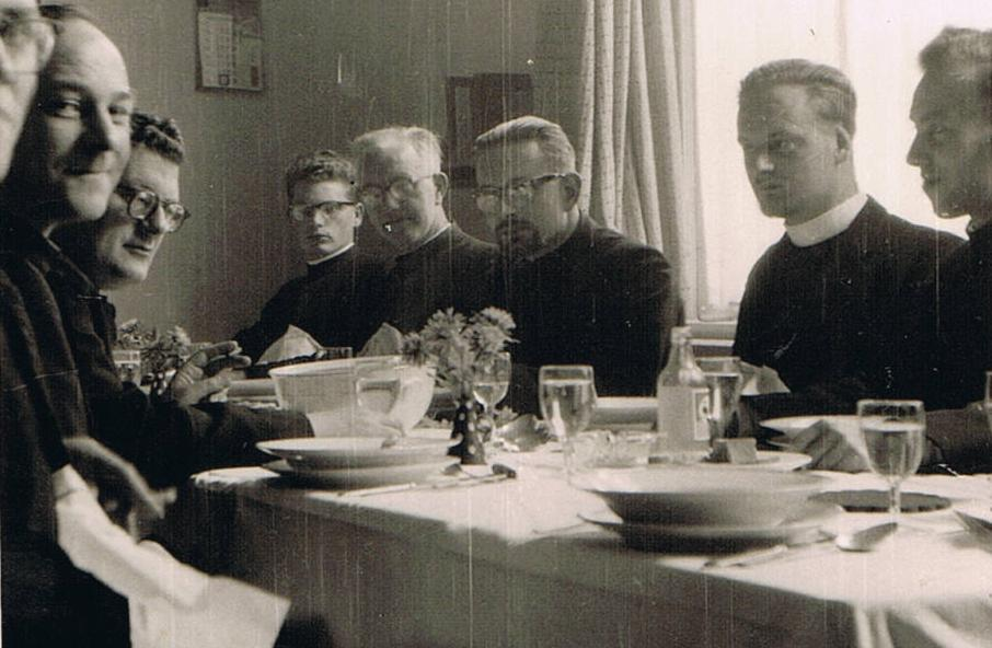 Feestmaal in de eetzaal van de broeders bij het afscheid van br. Cornelius en br. Pancratius die naar Malawi vertrokken. Op 15 september 1957. Bij zo'n gelegenheid kwam pater overste Bokeloh er ook bij. V.l.n.r. br. Adelbertus, pater Bokeloh, br. Grignion, br. Bernardus, br. Cornelius, br. Pancratius en br. Theodoor.