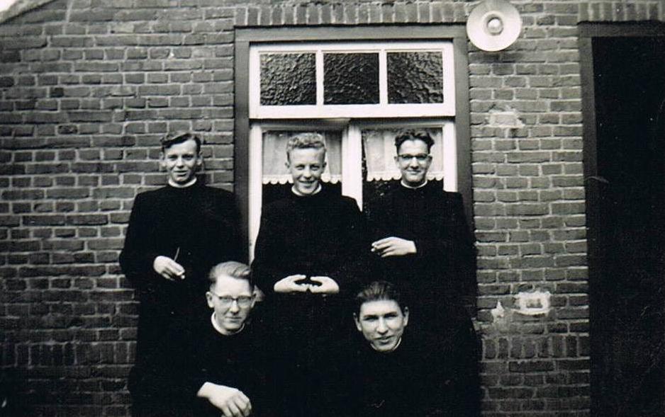 Bij Wim van Eeten thuis in Wintelre. Achterste rij br. Bavo, br. Bonifacius, br.Amandus. Vooraan br. Athanasius en br. Bona.