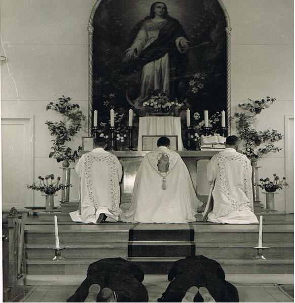 Br. Pius en br. Benedictus doen hun eeuwige geloften in de kapel in Beresteyn. 28 april 1960.