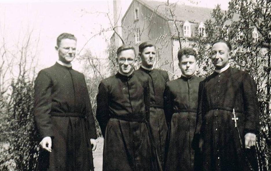 V.l.n.r. Br. Benedictus, br. Pius, br. Marcus, br. Bernardinus, br. Paulus. Foto gemaakt te Meerssen. Ter voorbereiding van hun eeuwige geloften verbleven de broeders een paar dagen in het noviciaat aldaar.