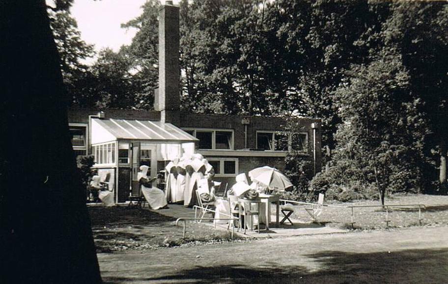 De zusters bij de ingang van de school waar ze hun verblijf hadden.