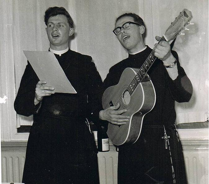 Br. Godefridus en br. Benedictus met een feestlied tijdens het diner.